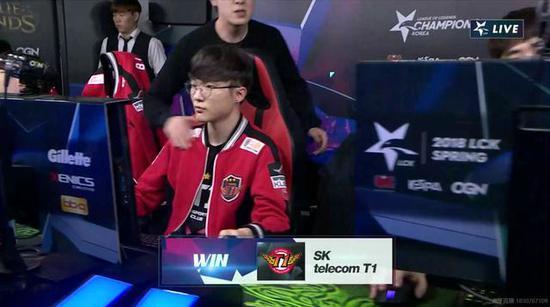 在SKT获胜之后,教练力宏带着满意的笑容走了进来,在李哥的肩膀上拍了几下!