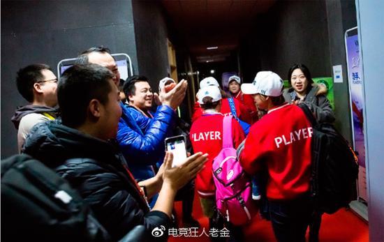 赛后接受采访的Etab女队