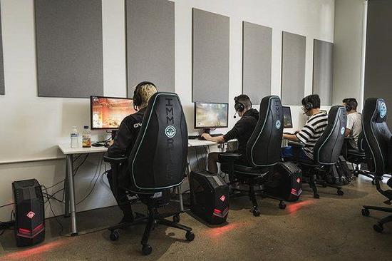 宿舍中,洛杉矶英勇队的队员们正坐在电脑桌前训练