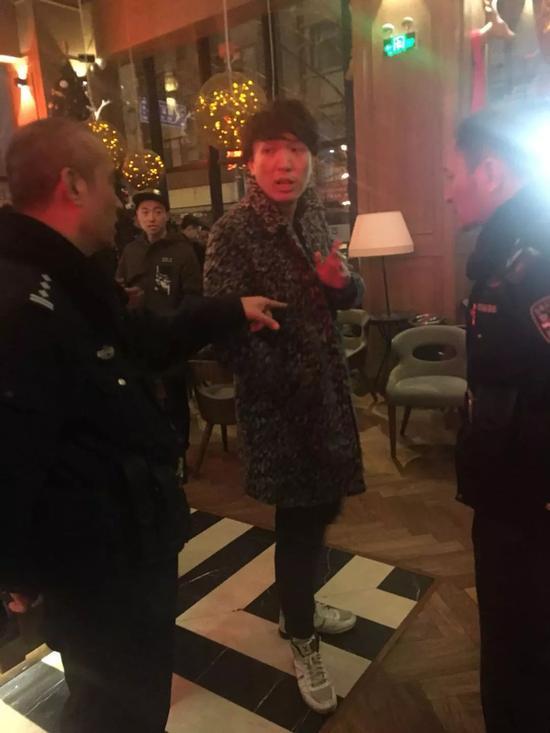 警察来到现场,询问涉事双方