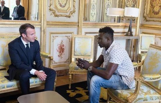 救人青年是一位马里移民,事后被授予了法国市民权