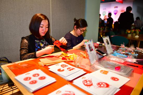 海派剪纸新生代艺术家李诗忆老师(左)与海派面塑第三代传人汤健老师(右)现场创作