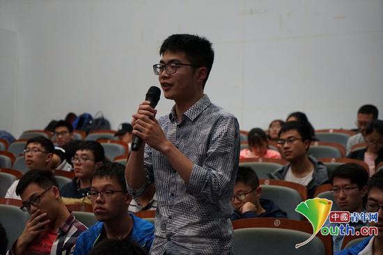 活动现场,上海交通大学学生向侯仰军教授提问。中国青年网通讯员张普庆摄