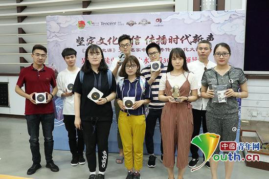 现场获奖的同学合影留念。中国青年网通讯员 杨至摄