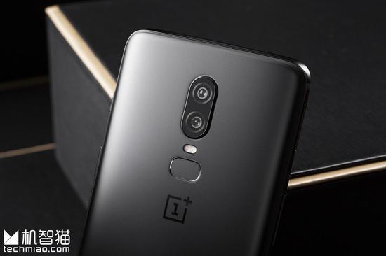 墨岩黑版OnePlus 6把玻璃机身做出了金属的观感和手感,的确令人惊呼,也因此没有了恼人的天线条,不过背面元素还是稍嫌多了一些