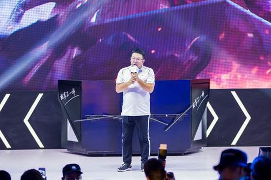 完美世界游戏COO鲁晓寅在展会现场向玩家介绍《FARSIDE》