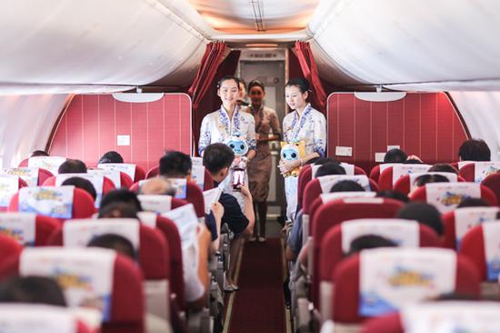 机组成员向乘客派发公益活动礼品