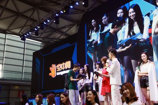 SG现场为在获奖玩家颁奖