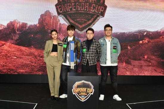 英皇娱乐艺人张敬轩、卫诗雅、屎莱姆跟英皇电竞战队总监Toyz一同鼓励有志投身电竞行业的年轻人