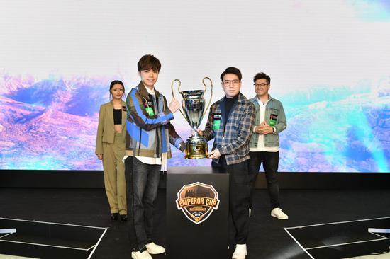 英皇娱乐艺人张敬轩与英皇电竞战队总监Toyz一齐高举冠军奬杯