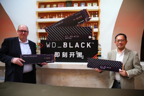 左:西部数据公司高级副总裁兼中国区总经理-Steven Craig、右:西部数据公司大中华区渠道业务董事总经理-杨俊文先生