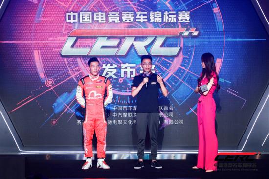 中国著名车手刘泽煊与国内职业电竞赛车玩家小武谈论电竞赛车的乐趣