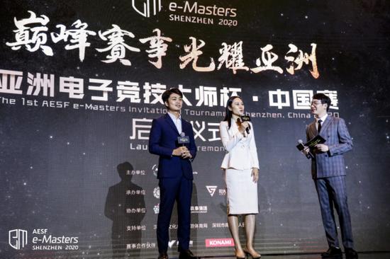 前职业电竞选手李晓峰(左一)和奥运冠军张虹(左二)