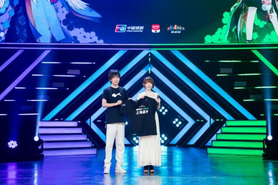 网易赛事运营副总经理朱世杰(左)