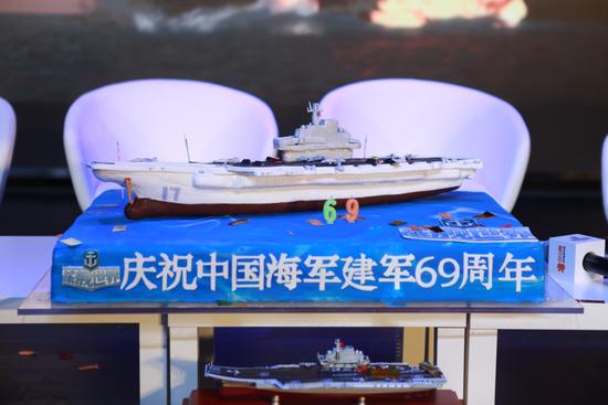 节目精选制作的庆生蛋糕,以国产航母作为造型