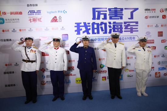 节目现场还有专业军迷助阵,身着不同时期的人民海军军服