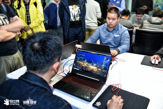 """现场带来精彩的《战舰猎手》、《战舰世界》精彩水友赛,华硕飞行堡垒6笔记本电脑给予了大力支持。华硕飞行堡垒6是一款为玩家加持大视野""""视界""""观的新一代大众游戏笔记本电脑,不仅颠覆玩家""""视界""""观,更改变玩家""""游戏世界""""观。"""