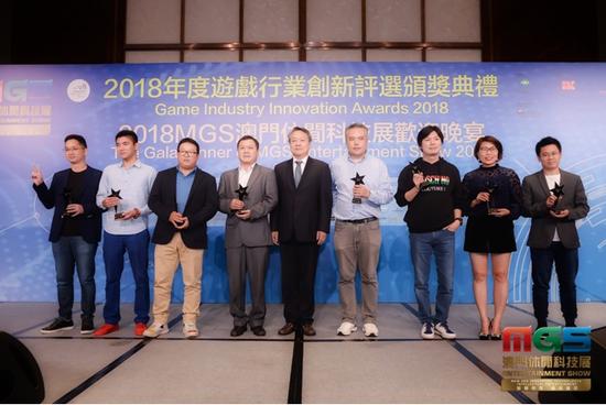 宣传文化部副部长级助理:邵彬 为十大创新人物颁奖并合影