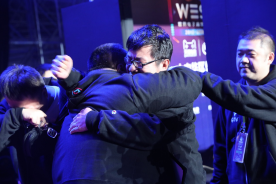 夺冠后的吴从亮与同伴抱头痛哭,将胜利献给逝去的战友