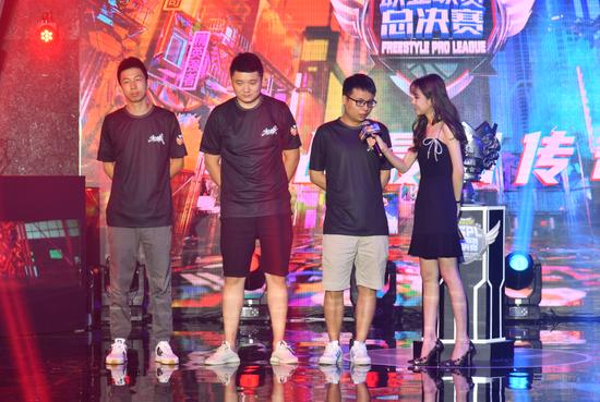 【天龙扑克】三年磨一剑 斗鱼战队首夺《街头篮球》FSPL职业联赛总冠军