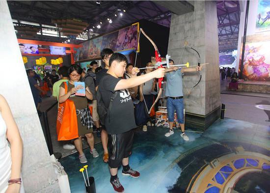 参与射箭游戏的玩家