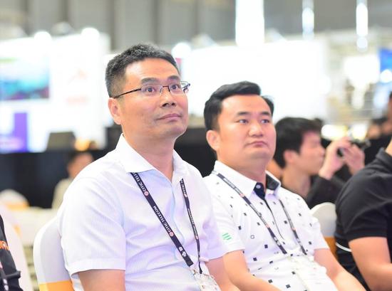 疯狂体育CEO彭锡涛(左一)