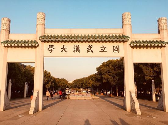 """4月24日,""""坚定文化自信 传播时代新声""""文化名家中华优秀传统文化大讲堂在武汉大学成功举办。中国青年网通讯员 张普庆摄"""