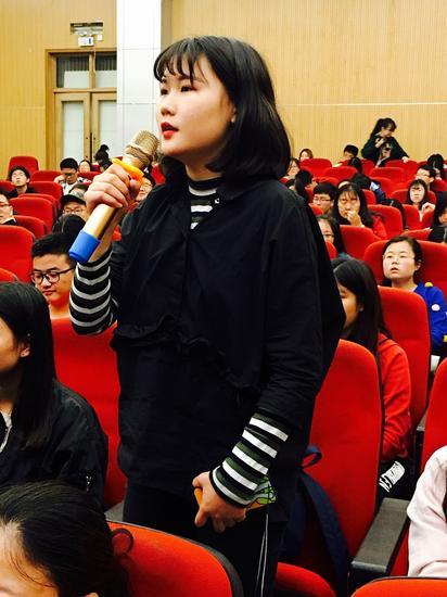在互动环节,武汉大学学生现场提问。中国青年网通讯员 张普庆摄