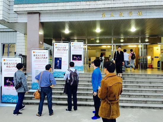 """活动开始前,学生们在""""坚定文化自信 传播时代新声""""活动场地前排队入场。中国青年网 张普庆摄"""