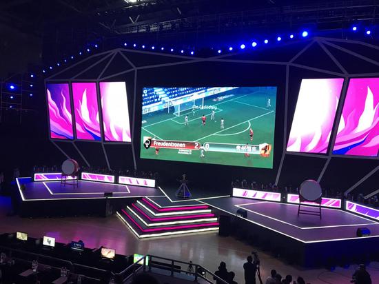 成都国际女子电子竞技锦标赛《球场风云》项目比赛画面