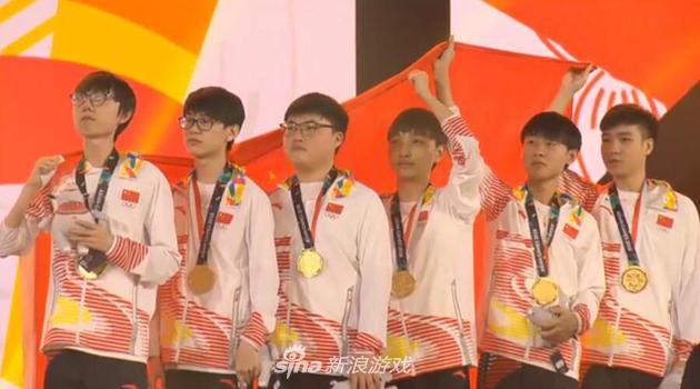 中国队员手举国旗行注目礼