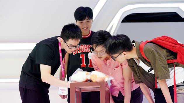 周淑怡和良小伞现身Chinajoy体验《少年三国志:零》