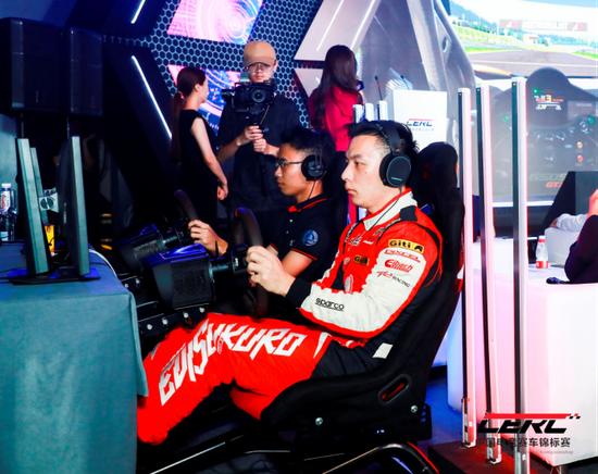 中国著名车手刘泽煊对战国内职业电竞赛车玩家小武