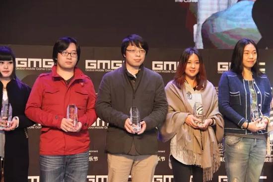 事业部主编周伟(中)代表新浪游戏上台领奖