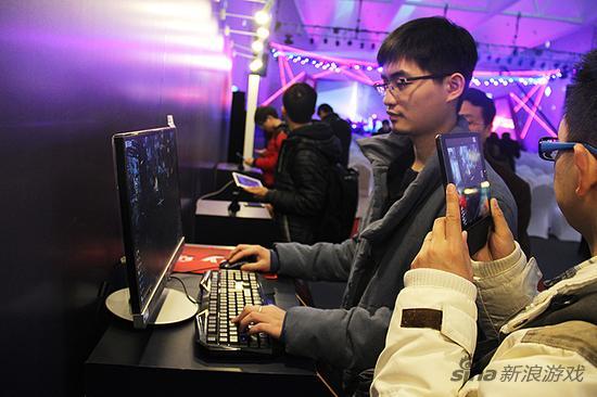 《战意》游戏制作人王希为新浪游戏演示讲解