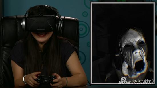 成年玩家试玩VR恐怖游戏