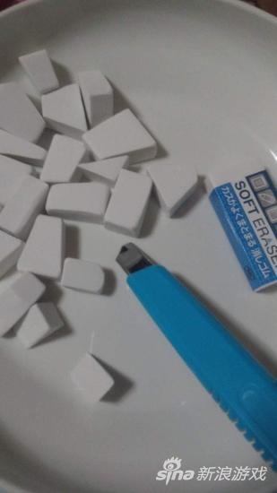 首先把白色橡皮切成块
