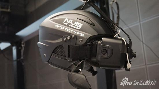 使用的头盔,结合了Oculus Rift