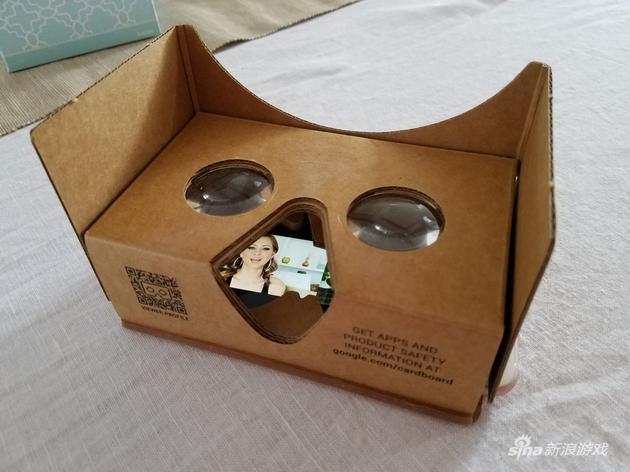 戴上谷歌Cardboard眼罩看幼影戏