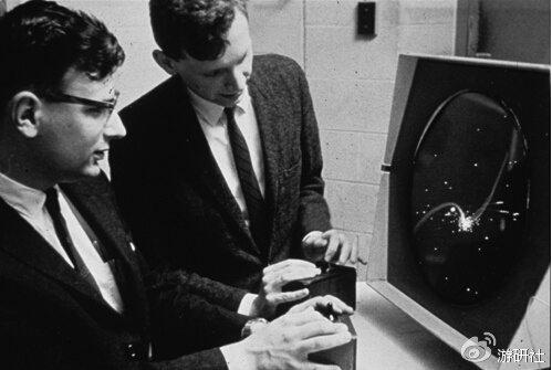 正在PDP-1前玩《Spacewar!》的两个人,右立者为彼得·萨姆森(1962)
