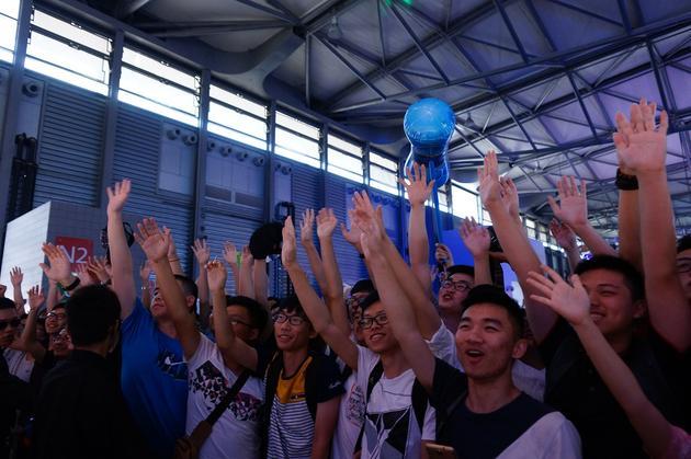 观众起身举手