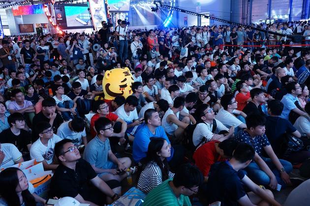 众人席地而坐观看比赛