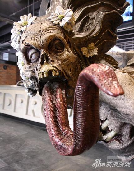 公司门口,口吐长舌的妖灵雕像