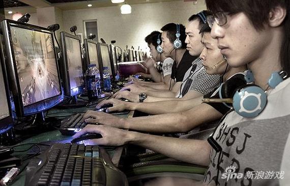中国网吧的年轻人玩在线游戏。图片来源:网络