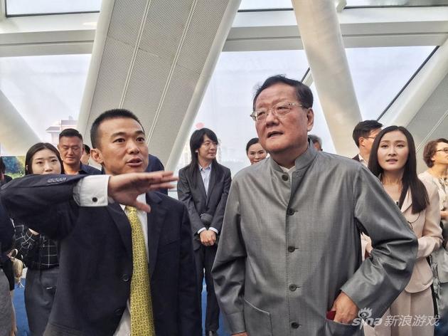 凤娱CEO张佳运向凤凰卫视董事局主席刘长乐介绍凤凰娱乐