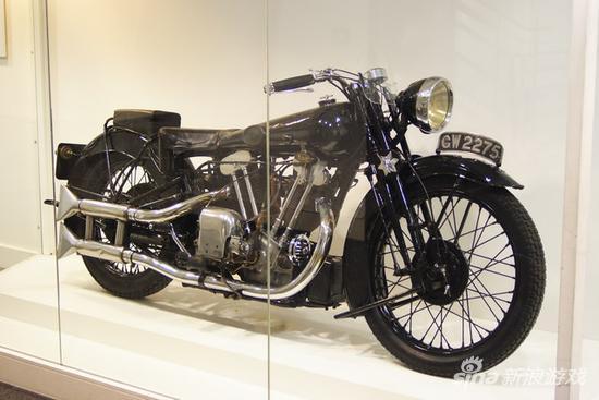英国帝国战争博物馆,劳伦斯的生前遗物Brough Superior SS-100 摩托,牌照号CW2275。