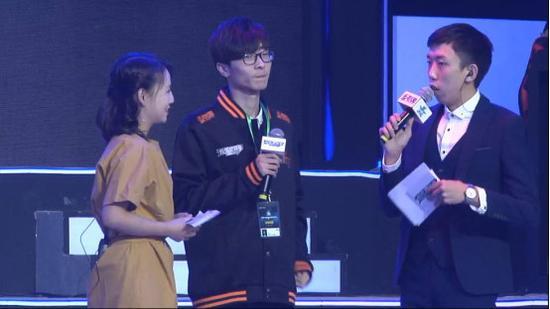 比赛结束后主持人采访神族队长 四年.霸气云