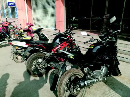 天桥警方缴获的三辆被盗摩托车。 警方供图