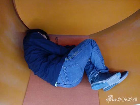 困了就随便找地方睡一会