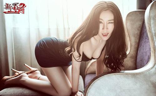 网游《新蜀门》美女玩家上演露肉诱惑